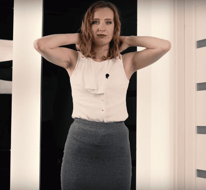 Anna Prończuk-Omiotek pokazuje masaż karku w celu zmniejszenia stresu przed wystąpieniami publicznymi