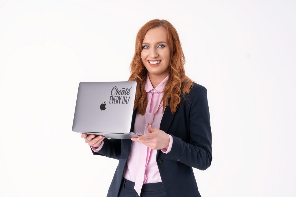 Z laptopem Anna Pronczuk-Omiotek